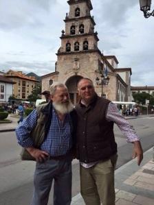 Jose Andrés con Juan Sobrecueva en la plaza de Cangas de Onís